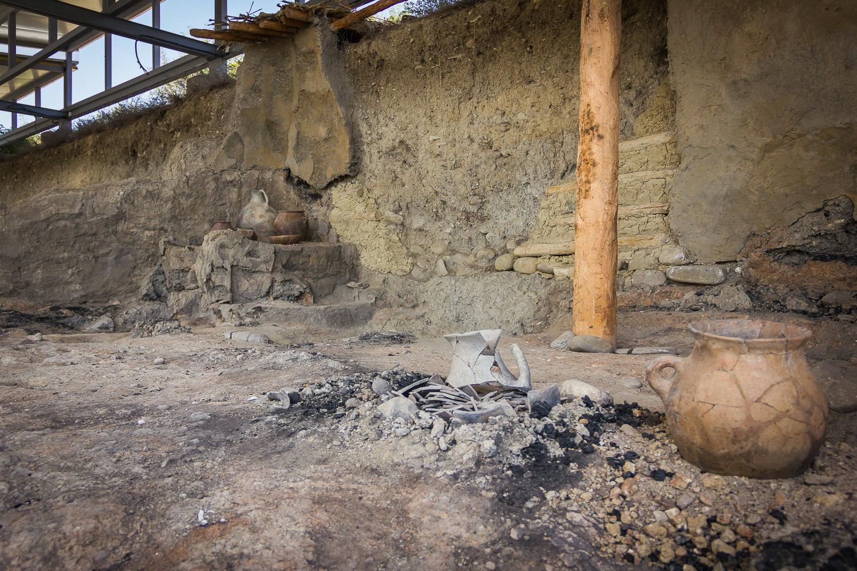 Инсталляция с предметами, обнаруженными во время раскопок в Игоети