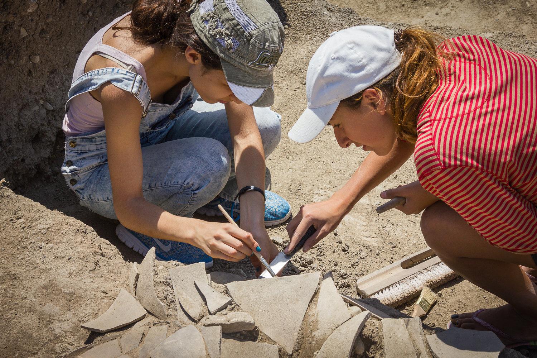Студенты, участвующие в археологической экспедиции в Игоети
