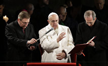 Папа Римский Франциск проводит службу в Риме.