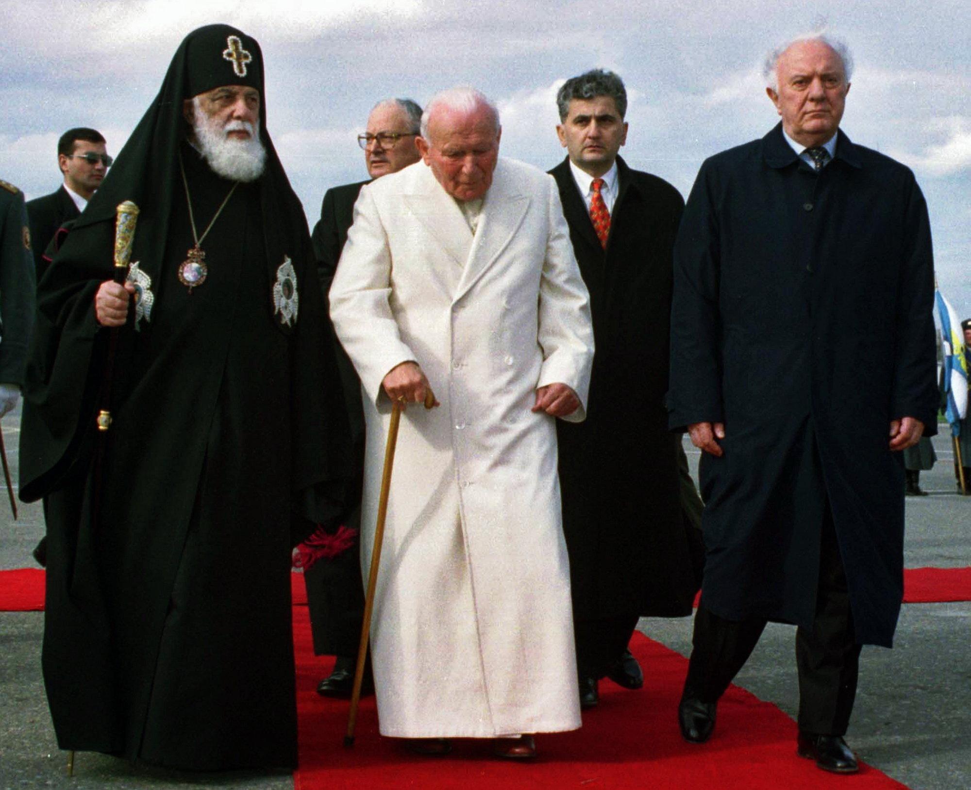 В международном аэропорту в Тбилиси Папу Римского Иоанна Павла II встречали президент Грузии Эдуард Шеварднадзе и глава Грузинской Православной церкви Католикос-Патриарх Всея Грузии Илия II