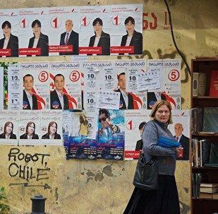 Предвыборные плакаты на стенах домов в столице Грузии