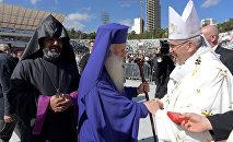 Папа Римский Франциск приветствует священнослужителей на католической мессе в столице Грузии