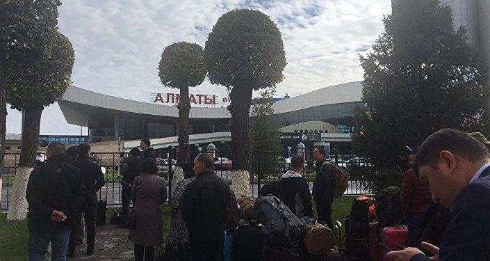 Эвакуация людей в аэропорту Алматы из-за разлива ртути