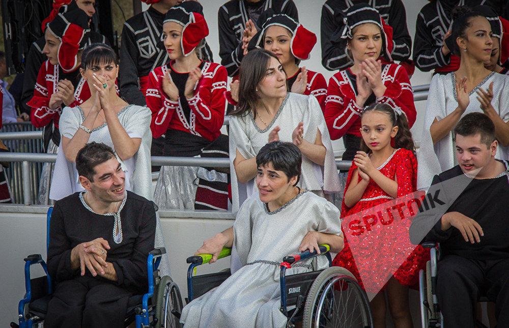 Бенефициары тбилисского Центра Ордена камиллианцев приветствуют Папу Римского
