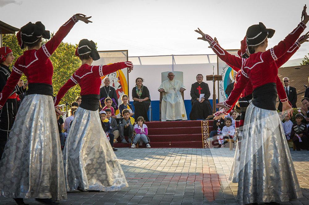 В тбилисском Центре Ордена камиллианцев Папу Римского Франциска встретили грузинскими народными танцами и песнями
