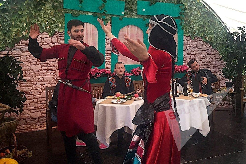 Гостям московского праздника Тбилисоба не только показывали грузинские танцы, но и учили их исполнять