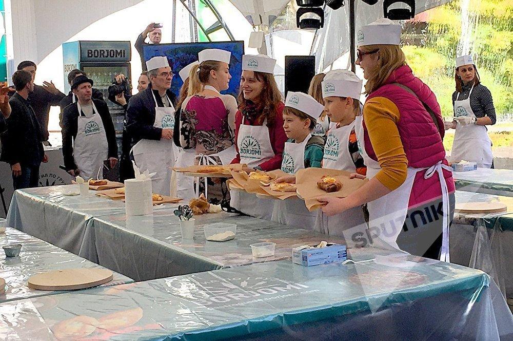 На мастер-классе по изготовлению блюд грузинской кухни на празднике Тбилисоба в Москве