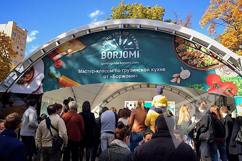 Представители компании Боржоми делились с посетителями рецептами грузинских блюд и учили всех желающих их приготовлению.