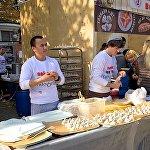 На празднике Тбилисоба в Москве - прямо на виду у гостей повара готовили хинкали и жарили шашлыки. Также в давильне Марани можно было изготовить вино по домашней технологии