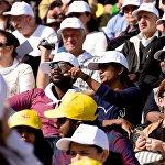 Верующие из разных стран во время католической мессы Папы Римского Франциска на стадионе имени Михаила Месхи