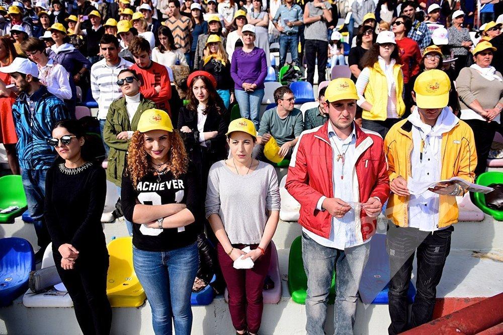 Люди во время католической мессы Папы Римского Франциска на стадионе имени Михаила Месхи