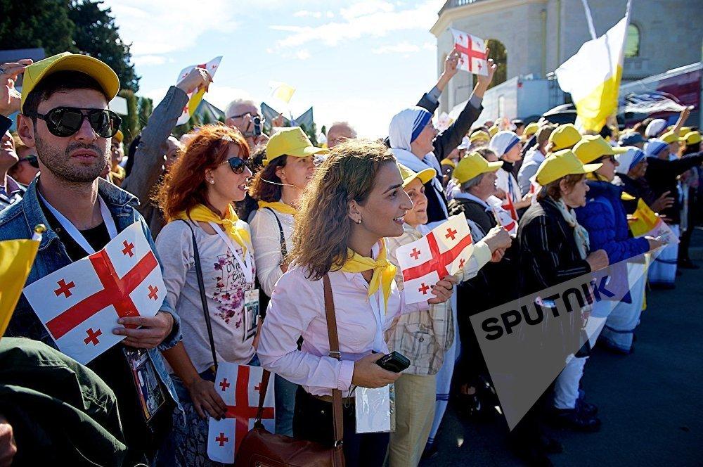 Люди приветствуют Папу Римского Франциска после его прибытия в Грузию