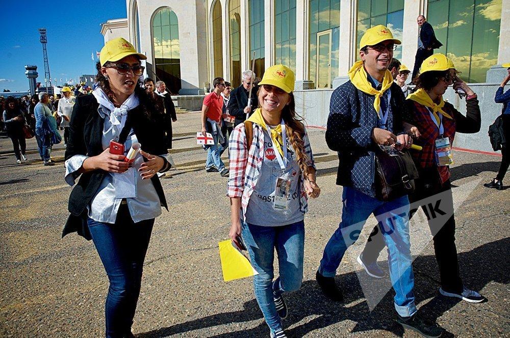 Радостные верующие возвращаются из тбилисского аэропорта после прибытия в столицу Грузии Папы Римского Франциска