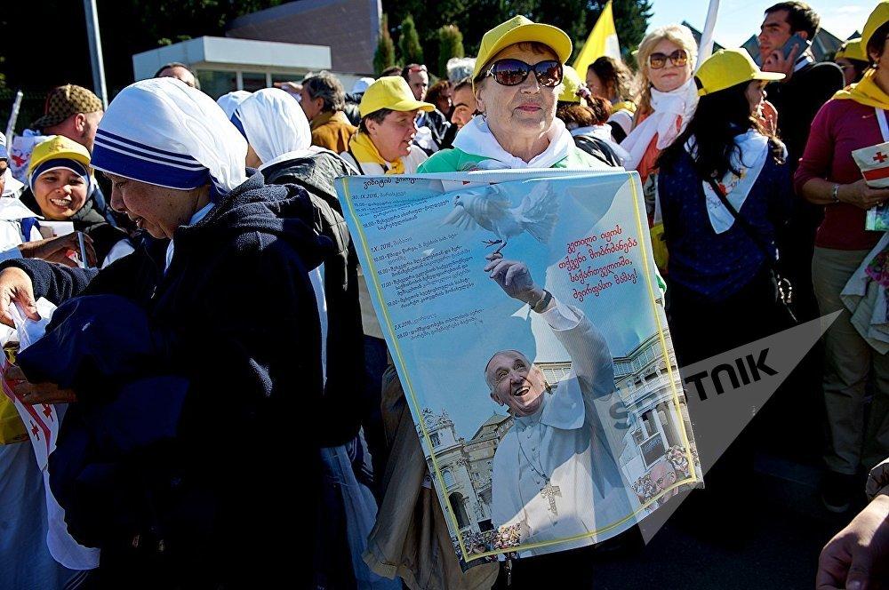 Верующие на одной из улиц грузинской столицы во время проезда по ней кортежа Папы Римского Франциска