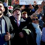 Верующие из разных стран приветствуют кортеж Папы Римского Франциска на одной из тбилисских улиц