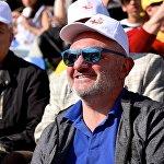 Мужчина на стадионе имени Михаила Месхи во время католической мессы Папы Римского Франциска
