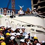 Верующие из разных стран во время католической мессы Папы Римского Франциска на тбилисском стадионе имени Михаила Месхи