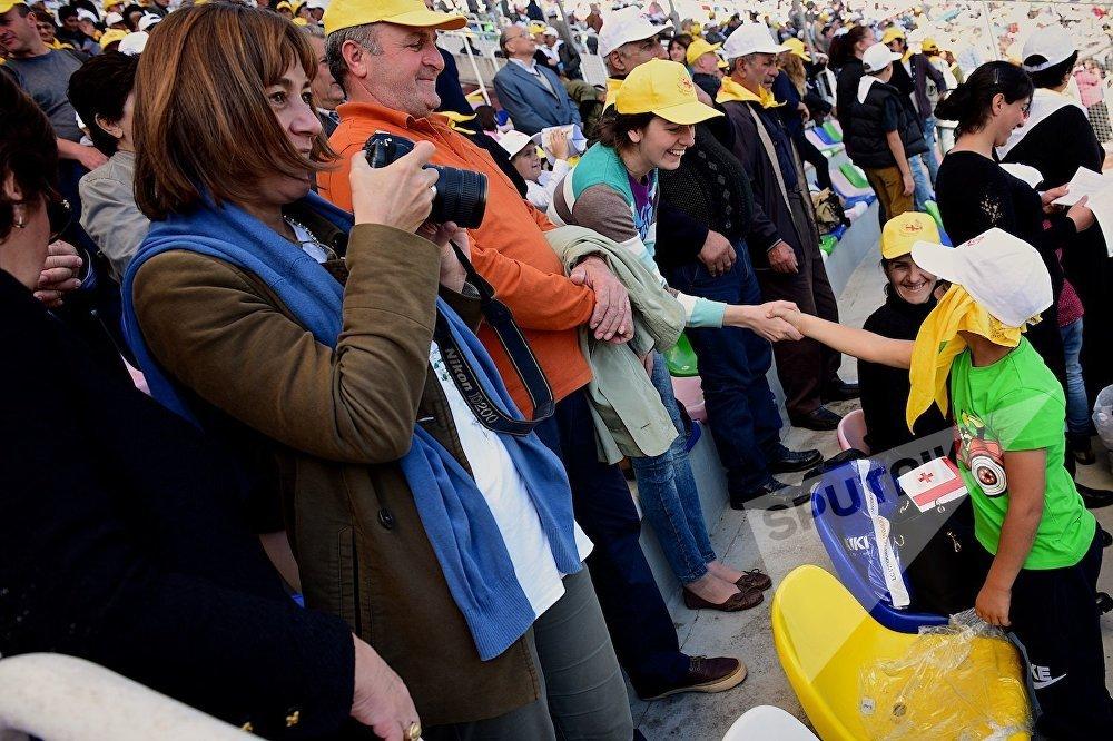 Верующие из разных стран желают друг другу мира во время католической мессы Папы Римского Франциска на тбилисском стадионе имени Михаила Месхи