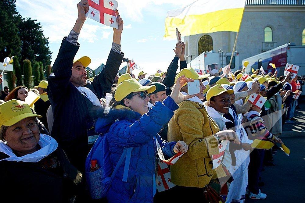 Верующие приветствуют Папу Римского Франциска после его прибытия в столицу Грузии