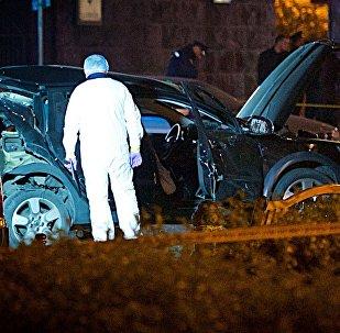 Криминалисты и сотрудники чрезвычайных служб работают на месте взрыва в центре грузинской столицы