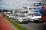 Машины едут по дороге в направлении центра Батуми