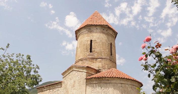 Азербайджанцы посещают древнюю церковь ради исполнения желаний