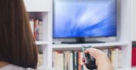 Девушка перед телевизором