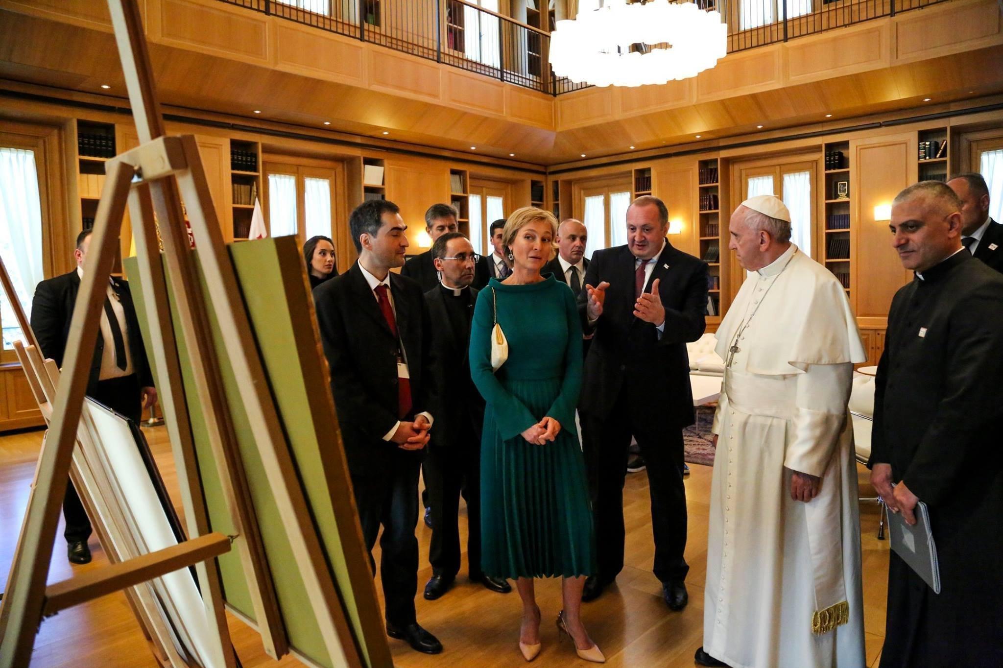 Президент Георгий Маргвелашвили и первая леди Мака Чичуа показывают Папе Римскому президентский дворец