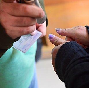 Проверка маркировки на пальцах избирателей на входе на участок для голосования