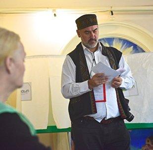 არჩევნები საქართველოში - ერთ-ერთი დამკვირვებელი კენჭისყრის პროცესში მონაწილეობს.
