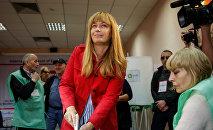 Супруга экс-президента Грузии Михаила Саакашвили Сандра Руловс участвует в голосовании