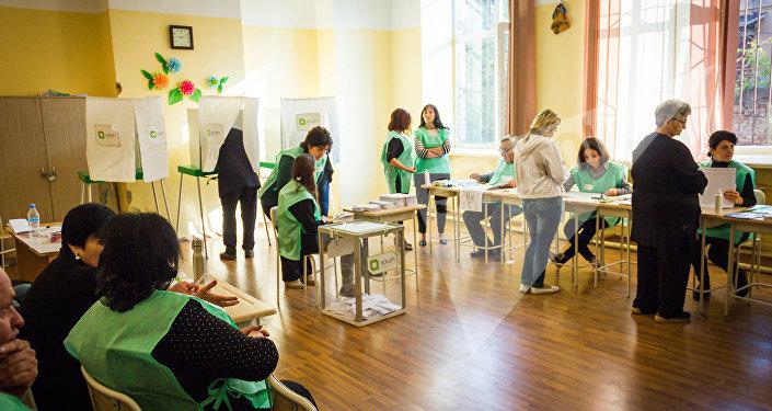 Начетырёх избирательных участках вГрузии проходит повторное голосование