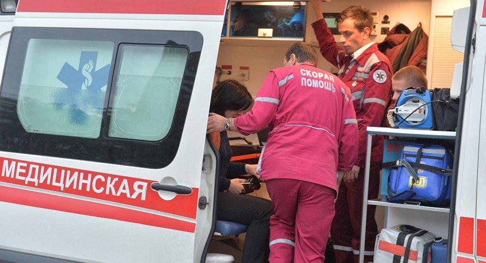 Пострадавших и очевидцев осматривают работники скорой помощи