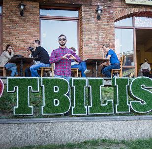 У одного из тбилисских ресторанов. Молодой человек признается в любви к Тбилиси. Тбилисская осень