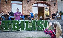 Молодой человек признается в любви к Тбилиси у одного из тбилисских ресторанов