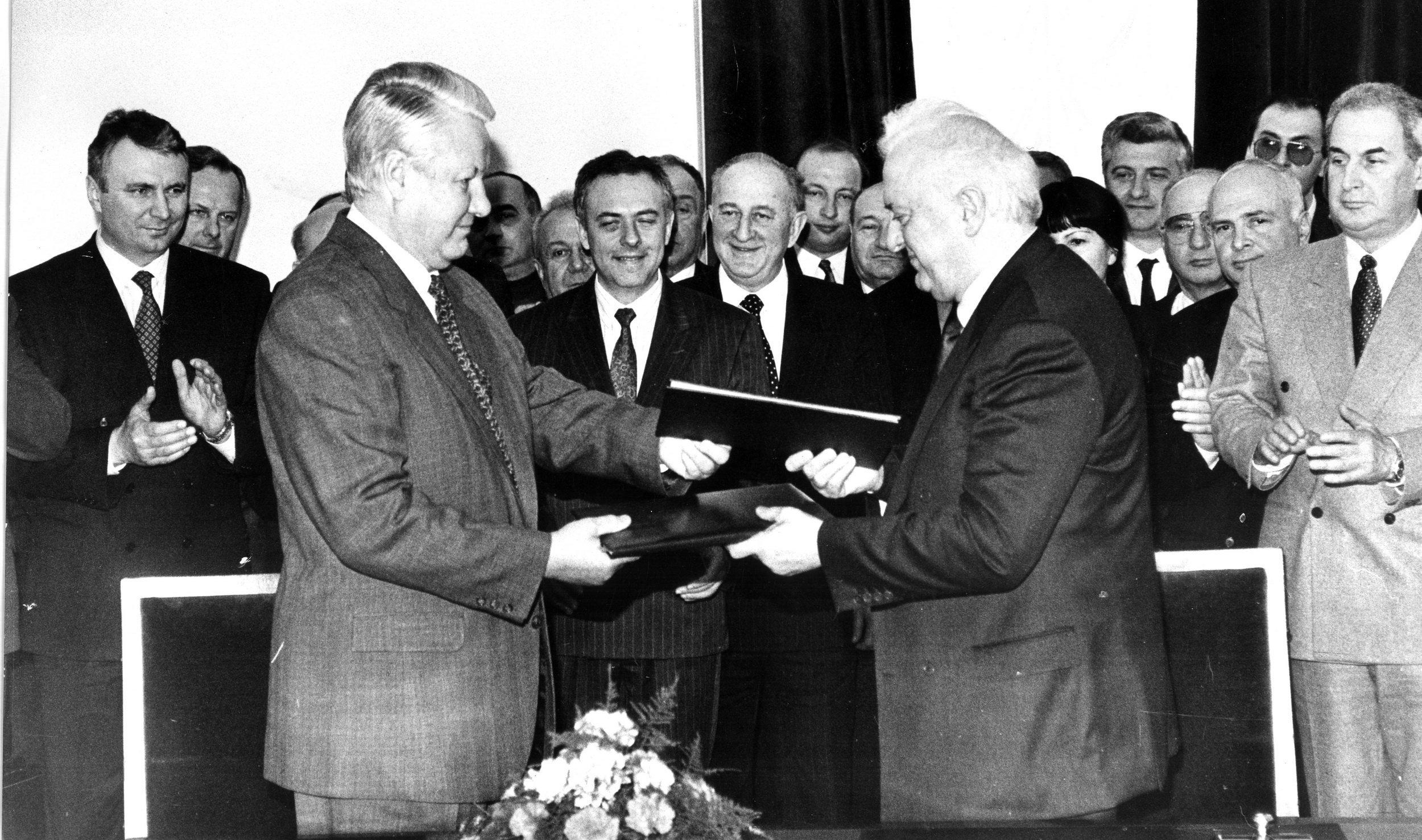 Президент РФ Борис Ельцин и президент Грузии Эдуард Шеварднадзе подписали Договор о российско-грузинский дружбе, добрососедстве и сотрудничестве, который так и не был ратифицирован