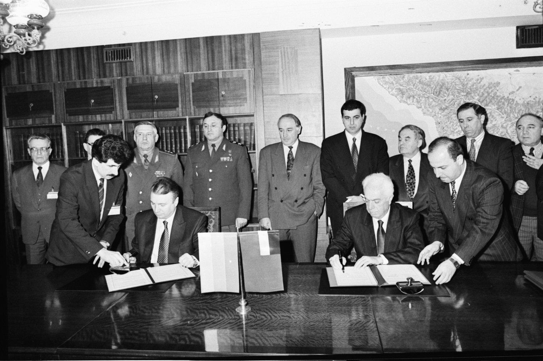 Первый вице-премьер РФ Олег Сосковец и премьер-министр Грузии Отар Пацация подписывают Соглашение о торгово-экономическом сотрудничестве в 1994 году, а также  Соглашение о статусе и условиях функционирования Пограничных войск РФ, находящихся на территории Грузии. 3 февраля 1994 года.