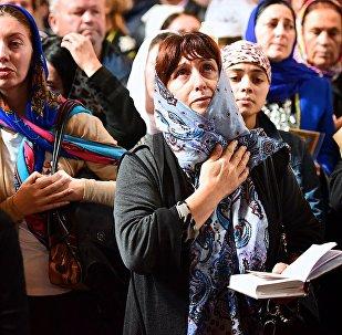Верующие в храме Светицховели во время церковной службы в день Мцхетоба-Светицховлоба