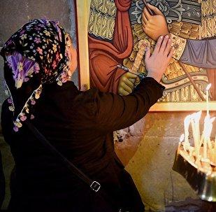 Женщина в храме Светицховели во время церковной службы в день Мцхетоба-Светицховлоба