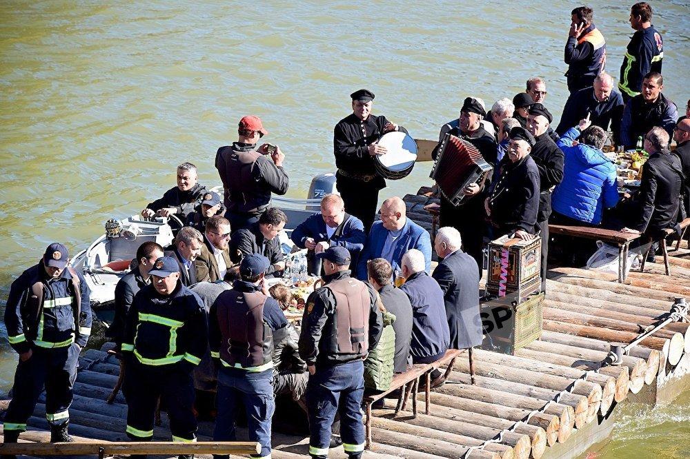 Туристы отмечают Тбилисоба , пируя на плоту под игру музыкантов и под охраной спасателей