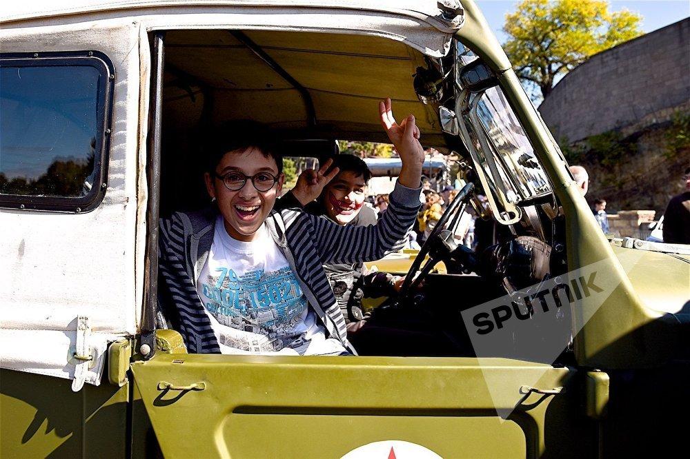 Ретро-автомобили на Тбилисоба собрали в центре города специально для мальчишек, и для мужчин, которые никогда не повзрослеют.
