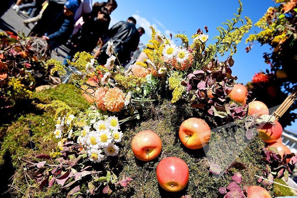 Город на Тбилисоба любовно украшают фруктами и цветами.