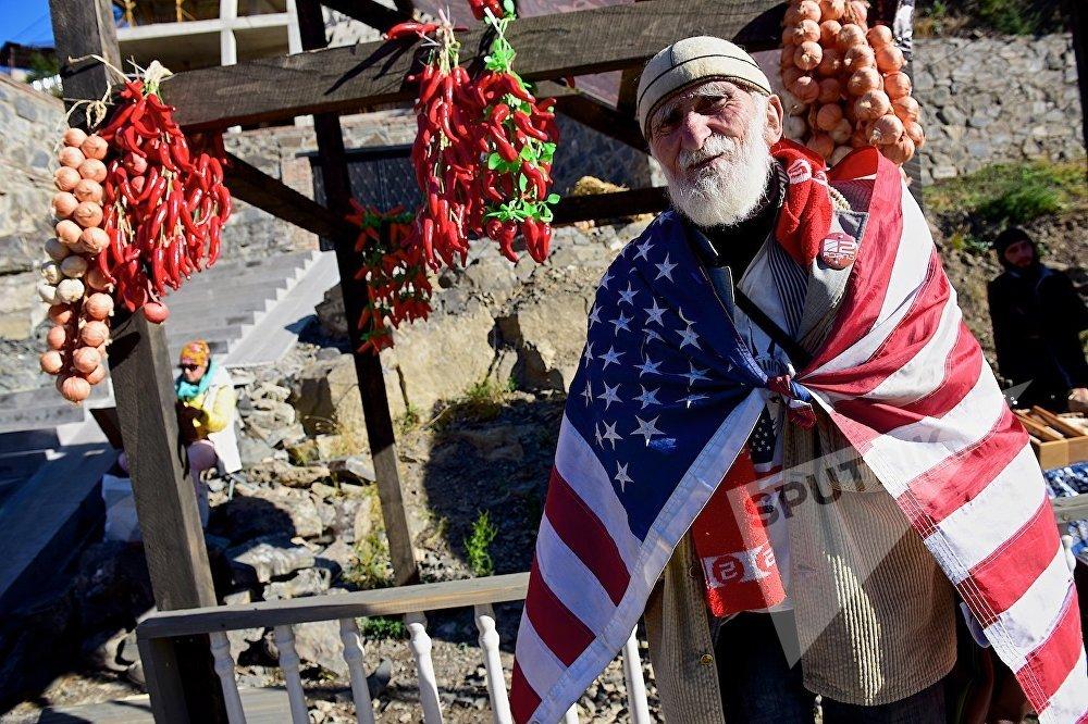 Туристы от избытка чувств готовы подарить тбилисцам что угодно - даже национальный флаг.