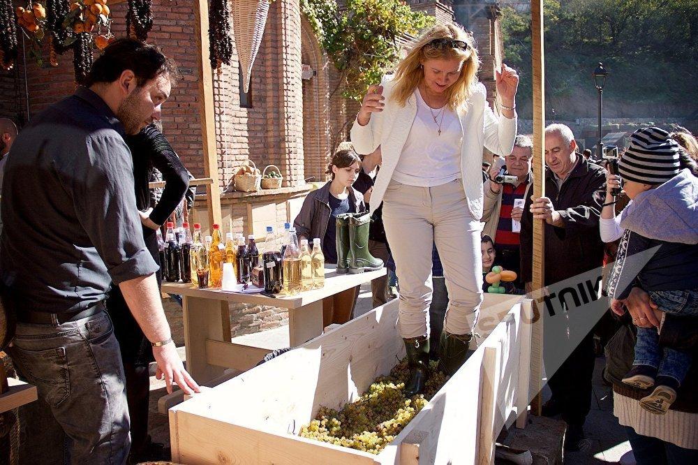 Все желающие на празднике могли попробовать себя в роли виноградаря и винодела. Самым талантливым доверили давить виноград по старинке, выдав специальные сапоги.