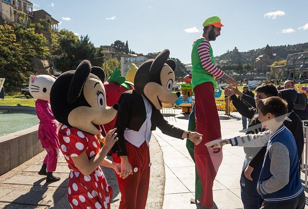 Мультяшные герои тоже вышли на улицы, создавая праздничное настроение тбилисцам и гостям столицы