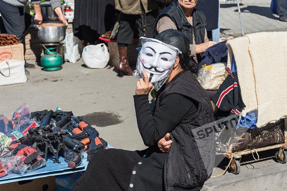 Женщина в маске продала, наверное, больше всех игрушек