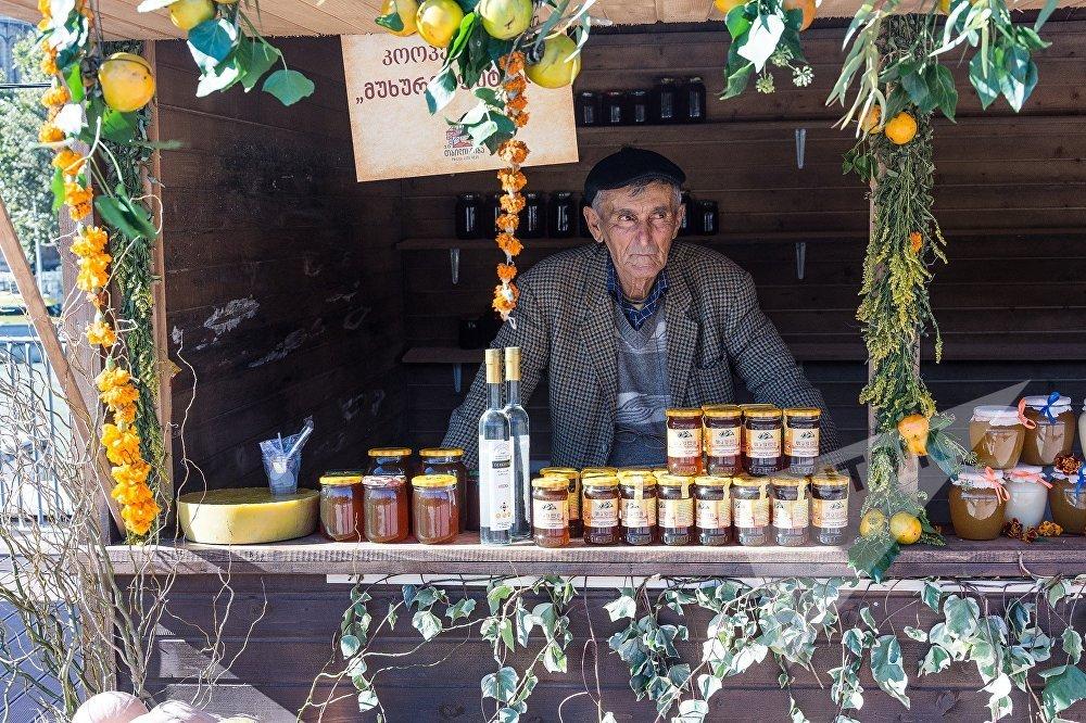 ასაკოვანი მამაკაცი, რომელსაც თბილისობაზე თაფლი და სხვადასხვა მურაბები აქვს გამოტანილი