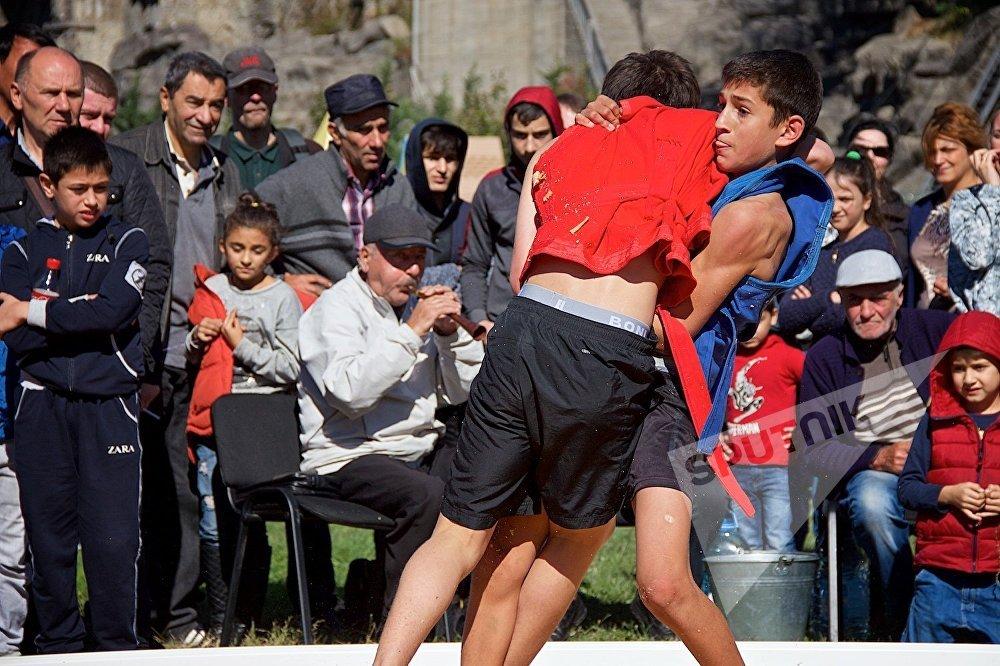 Юные борцы соревнуются в грузинском стиле борьбы чидаоба на празднике Тбилисоба