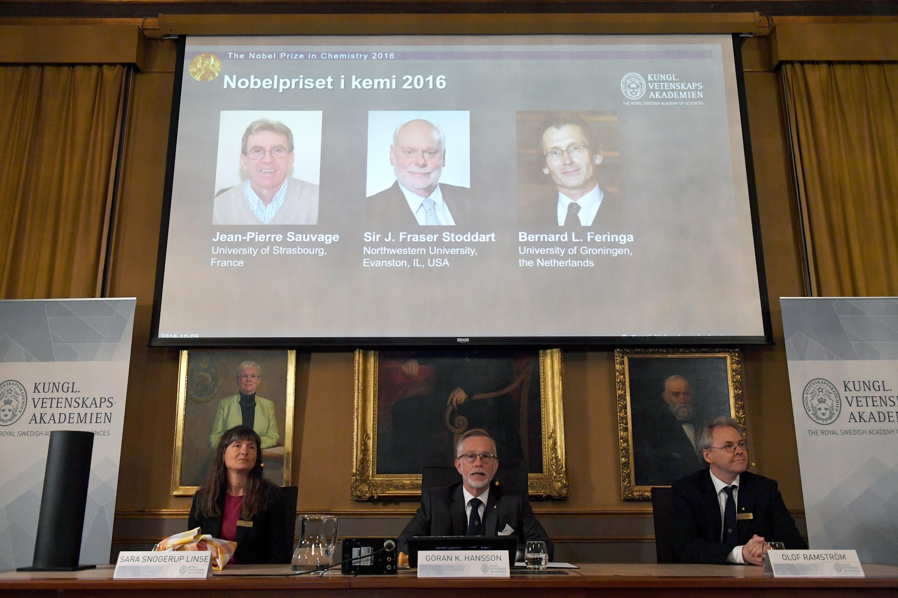 Снимки лауреатов Нобелевской премии 2016 года по химии на экране во время пресс-конференции  в Стокгольме