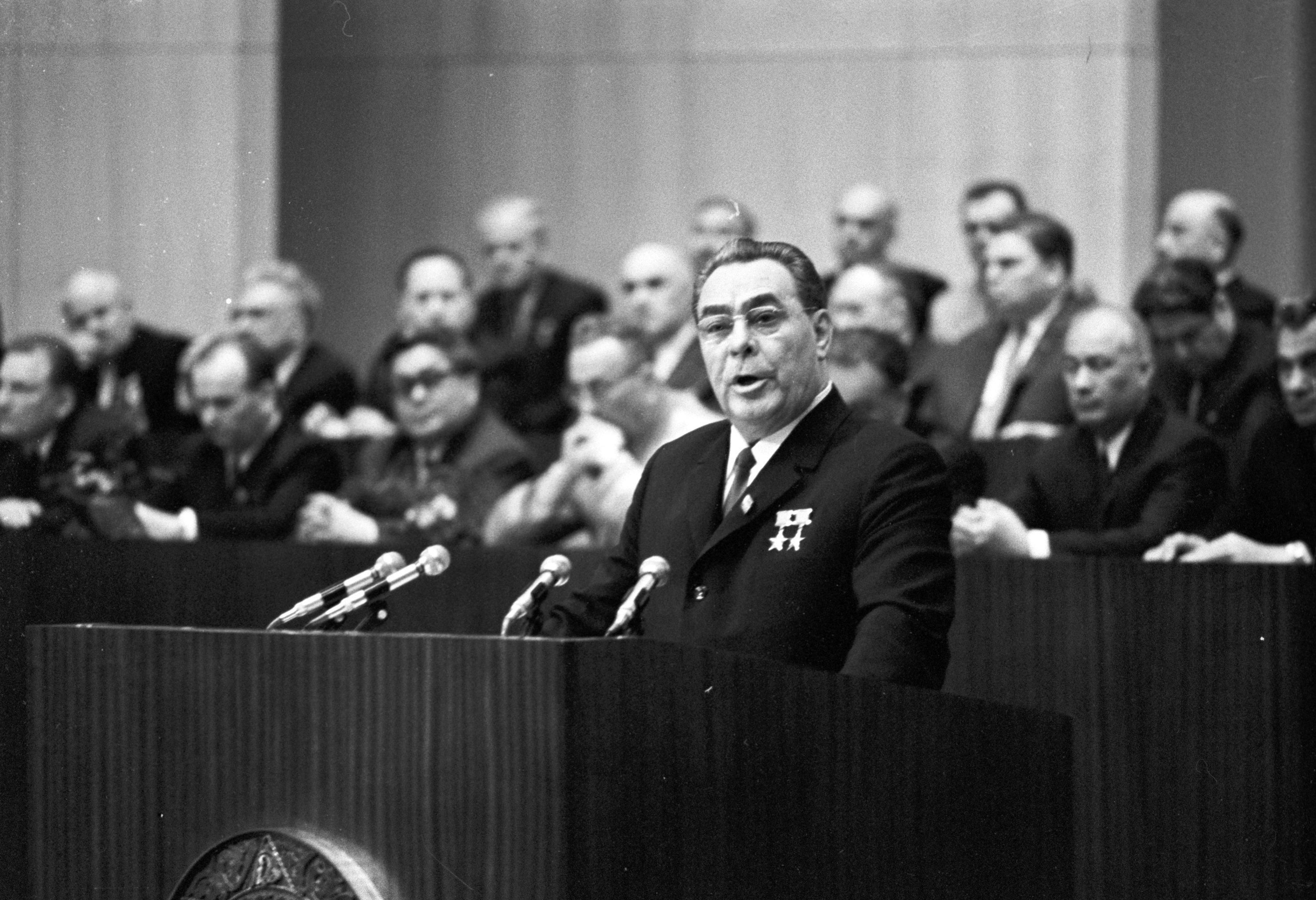 Генеральный секретарь ЦК КПСС Леонид Ильич Брежнев, прибывший в столицу Грузии на празднование 50-летия Грузинской ССР и компартии Грузии, выступает перед коммунистами